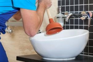 Hatékony dugulásmegelőzés A fürdőszobai lefolyó dugulása megelőzhető néhány alapszabály betartásával. Azonban ha mégis megtörtént a baj, és a szokásos lefolyótisztítás hatástalan, a legjobb, ha duguláselhárító szakembert hív, mert sajnos könnyen okozható az eredetinél nagyobb baj. Nézzünk néhány tippet a megelőzésre! Ha nem is észleljük a dugulás jeleit, néhány hetente érdemes forró vizes lefolyótisztítást végezni. Ez feloldja a lerakódott zsírokat, melyek így könnyen távozhatnak. Hogyha tisztítószerrel kívánjuk megelőzni a dugulást, akkor válasszunk a jobb minőségűek közül, mert ezek sokkal nagyobb hatékonysággal bírnak. Néha cseréljük ki a padlóösszefolyót! Hogyha házi állatot fürdetünk, előtte érdemes átkefélni a bundáját, mert az emberi hajhoz hasonlóan könnyen lerakódik a lefolyóban, és eltömíti azt. A WC-k esetében az idegen tárgyak okozta dugulás a leggyakoribb, ezért semmiképpen ne dobjunk bele pelenkát, egészségügyi betétet, vattát!  Ha mégis dugulással találta magát szemben, hívjon minket bátran 0-24 óráig! Duguláselhárítás fix árakon, Budapest III. és X. kerületében is, rövid idő alatt!